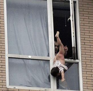 八階から落とされそうな少女を救出01