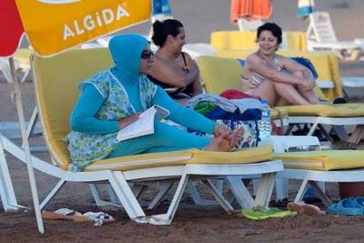 イスラム女性が日光浴をするとき01