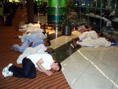 空港で眠りこける人々00