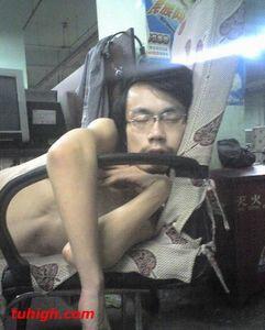 中国のネットカフェでぐっすり眠る人々08