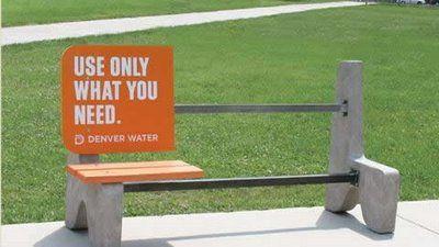 08-ベンチで水の広告