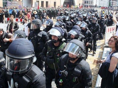 ドイツのデモで警察がエスコート00