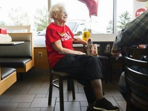 94歳おばあちゃんは現役のマクドナルド店員03