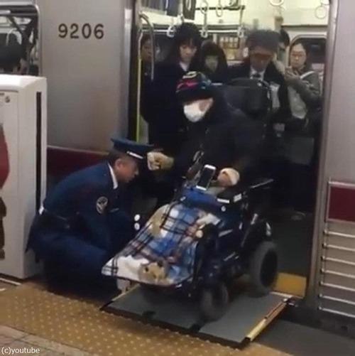 日本の電車で車イスの人の降ろし方03
