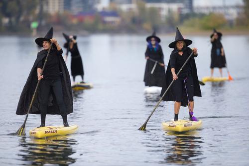 川で魔女たちが舟をこいでる00