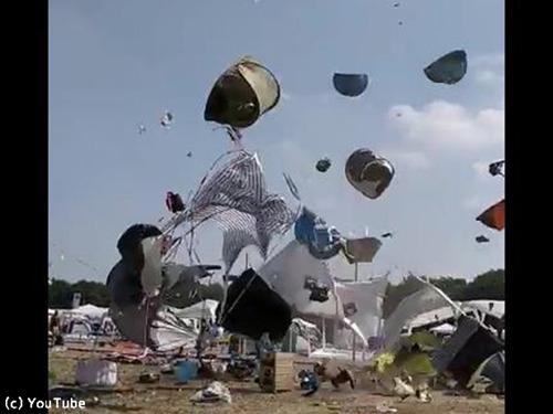 ドイツの野外フェスでテントがふわふわ舞い上がる00
