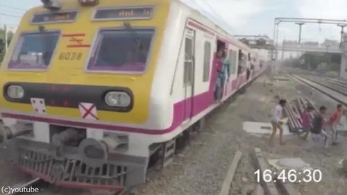 集団で線路を渡ろうとしたら…ヒヤッとする映像04