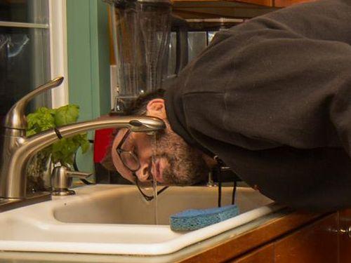 水を飲む父親03