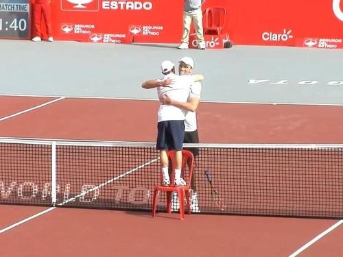 テニスの試合終了後に選手がイスを持ってきた理由08