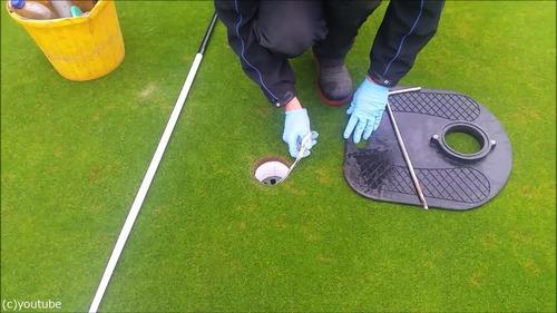 ゴルフのホールカップの位置の変え方08