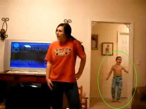 姉の後ろで踊る弟