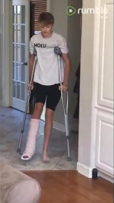 松葉杖の男の子を真似るワンコ01