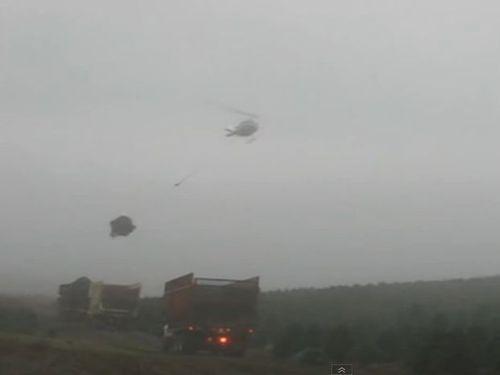 荷物を運ぶヘリコプター01