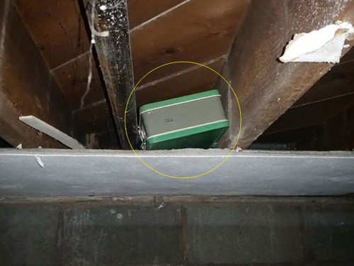天井裏に謎の箱00