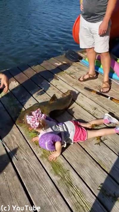 おもちゃの釣り竿で超大物を釣り上げる少女03