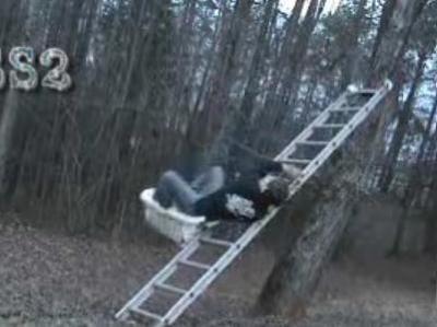 はしごで滑り台をしてみる→派手に大失敗03