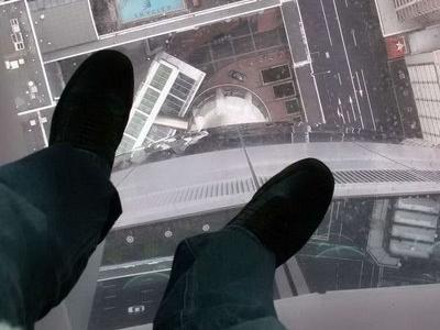 ガラス張りの高層ビルの下07