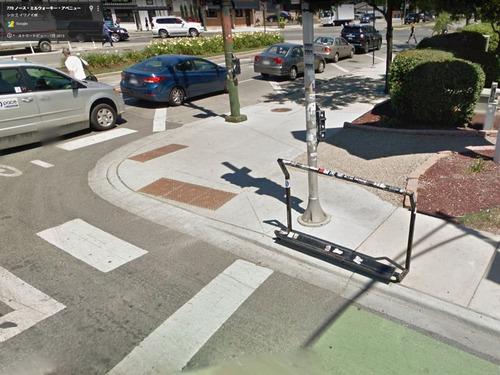 自転車で信号待ちしているときにつかまるスタンド04