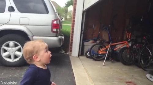 自動シャッターに興奮する赤ちゃん04