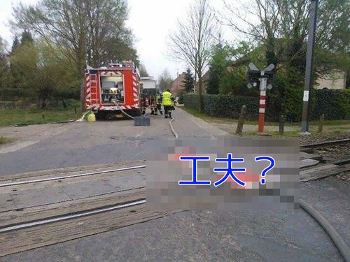 消防車のホースと線路00