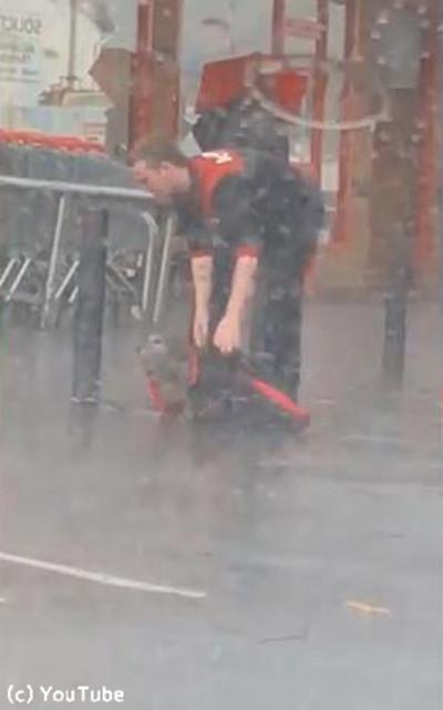 大雨の中繋がれたままの犬03