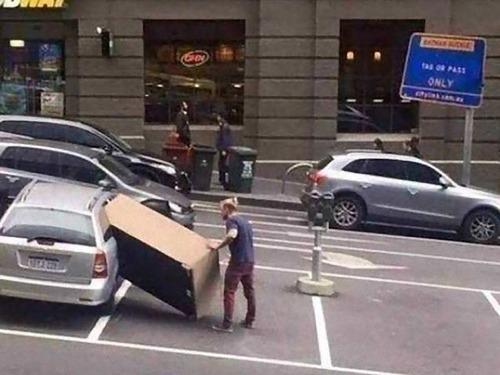 強引に車に積んでしまう人々00