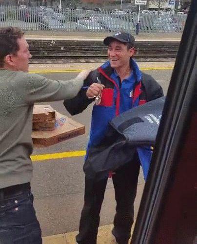 電車の中からピザを注文05