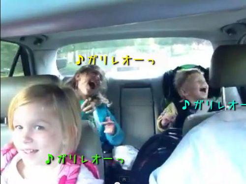 子供たち熱唱!車の中で「ボヘミアン・ラプソディ」を歌う一家(…