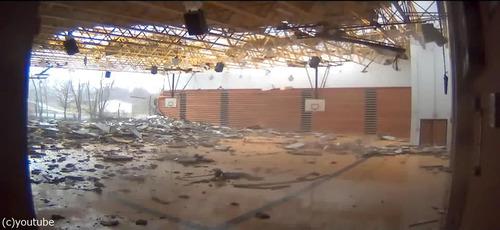 トルネードが体育館を破壊05