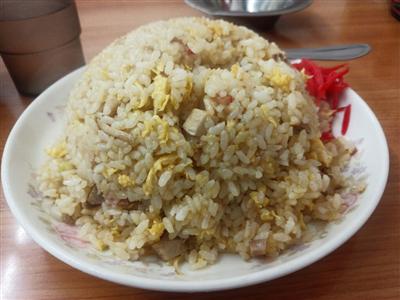 中国人の中華料理屋「これが500円の炒飯だョ。たくさん食べてネ~」