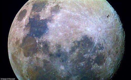 月面を国際宇宙ステーションが移動する様子が撮影される