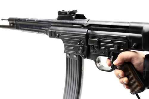 ストロークが実銃と比べて短い