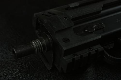 ストラップ用金具とサプレッサー用のネジ
