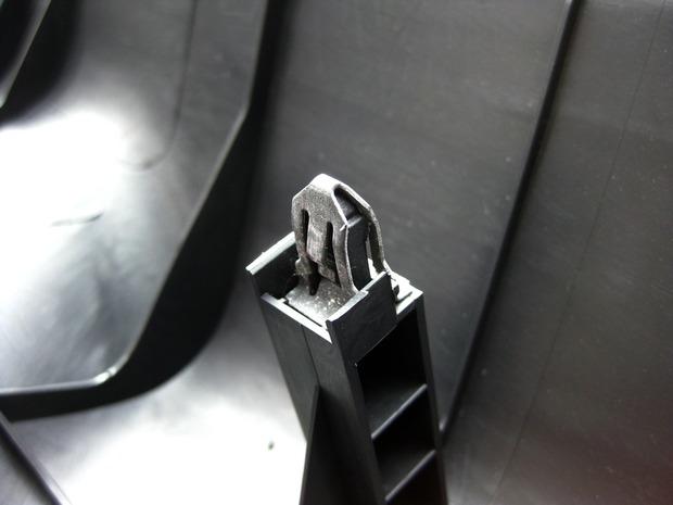 金属性のファスナー