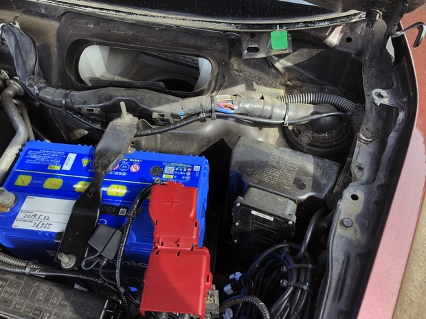 バッテリーの近く(エアコン外気導入口の横)