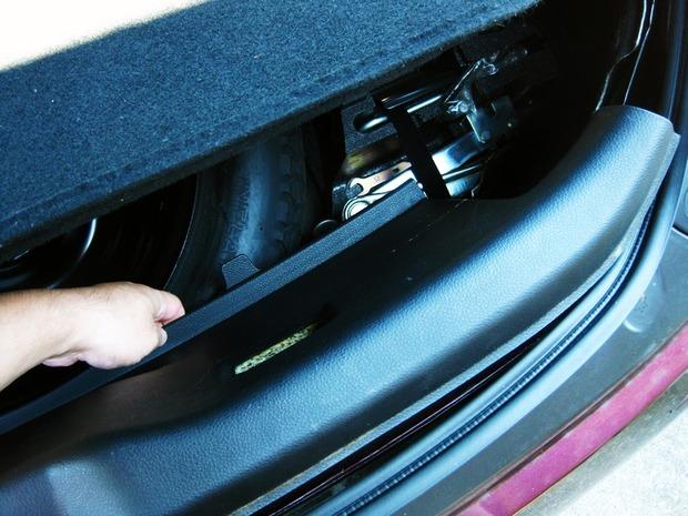 内装下部を車内側に引っ張る