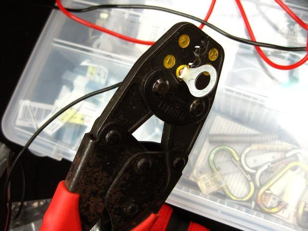丸形端子を電工ペンチで圧着