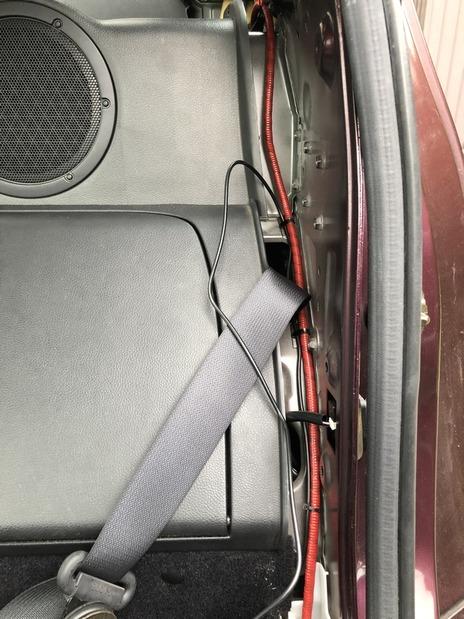 バッ直で通したケーブルに添う形で配線