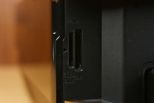 SDカード、メモリースティックDuo差し込み口