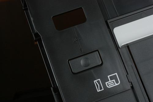 トレイの長さ調整ボタン