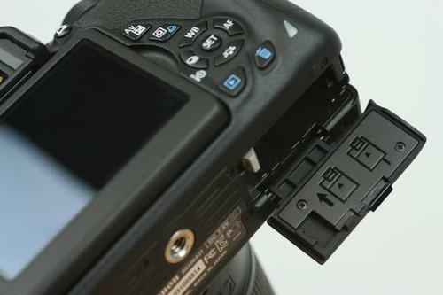 カメラ本体のバッテリーカバーを開け