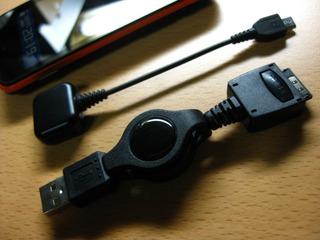 巻取りUSB充電コードAUタイプ ブラック MBC402BKとIS03純正アダプタ