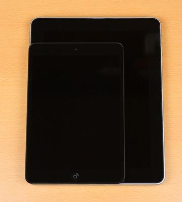 初代iPadと重ねて比較