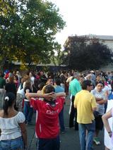 裏口にも集まる群集。