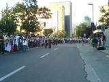 正面入口に集まるピノチェト追悼団。