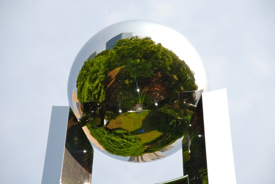 中央公園を治めた金属のボール