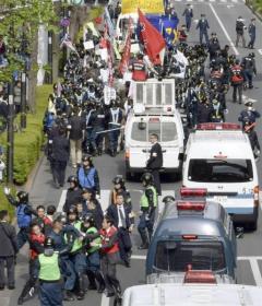 天皇制反対のデモを警備中の機動隊を妨害 右翼構成員を逮捕