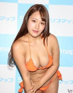 Iカップ・秋山かほ 白色変形スクール水着がお気に入り!