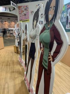 「お触り自由」胸をお触りできるアニメキャラパネル展示し物議