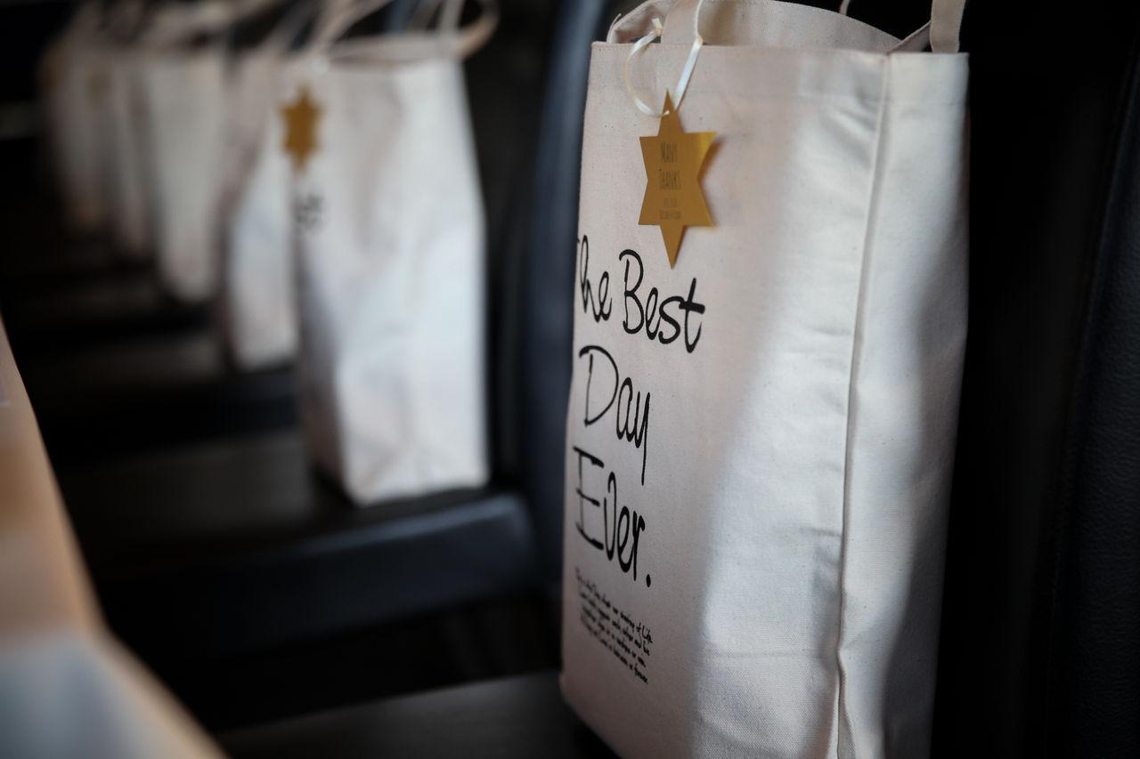 こちらのトートバッグは引き出物袋として新郎新婦様が特注されたオリジナルバッグです。 バッグに書かれた文字は\u201cThe Best Day Ever\u201d